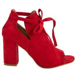 Vinceza rood Opgezette sandalen aan een bar