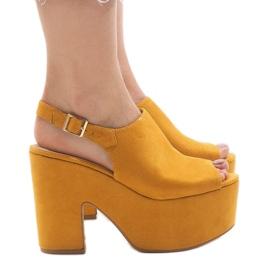 Gele sandalen op een massieve 8263CA-steen geel
