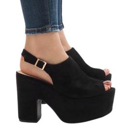 Zwarte sandalen op een massieve 8263CA baksteen