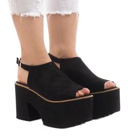 Zwarte sandalen op de massieve B8290-steen