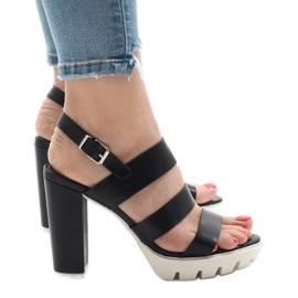 Zwarte sandalen op de HP-27-paal