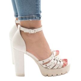 Witte sandalen op de HQ8682-post