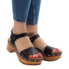 Zwarte sandalen op het FM4142-platform