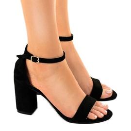 Zwarte sandalen op de suède LT113 pilaar