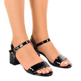 Zwarte sandalen op de Qla-93 gelakte paal
