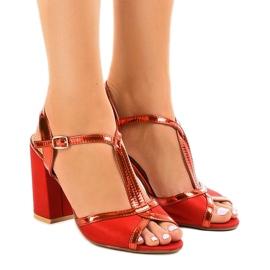 Rode sandalen op de suede pilaar WED503 rood