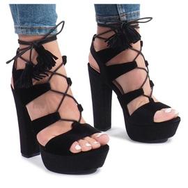 Zwarte sandalen op een post gemaakt van One Love velours