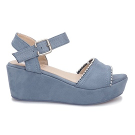 Blauwe sandalen op lagunewig
