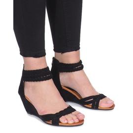 Zwarte sandalen op een delicate Desun-sleehak