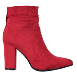 Ideal Shoes Suede Booties On A Bar rood