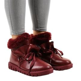 Geïsoleerde Bourgondische sneakers met een 428-6 slider rood