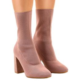 Roze laarzen op de post QQ08