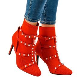 Rode laarzen op een hiel van AT-0655-L-stof rood
