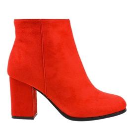 Rode geïsoleerde laarzen op een G-7656-paal rood