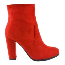 Rode hoge laarzen op de F912-paal rood