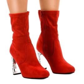 Rode suède laarzen op de BM178-paal rood